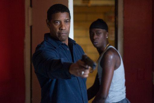 Ortsansässige Gangs wollen Miles (Ashton Sanders, rechts) in ihre Fänge ziehen - McCall (Denzel Washington) weiß das zu verhindern.
