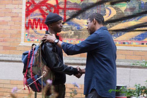 McCall (Denzel Washington, rechts), will verhindern, dass Miles (Ashton Sanders) auf die schiefe Bahn gerät.