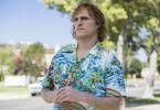 Im Hawaiihemd mit zitternden Händen auf dem Weg zum nächsten Drink: der junge John Callahan (Joaquin Phoenix).