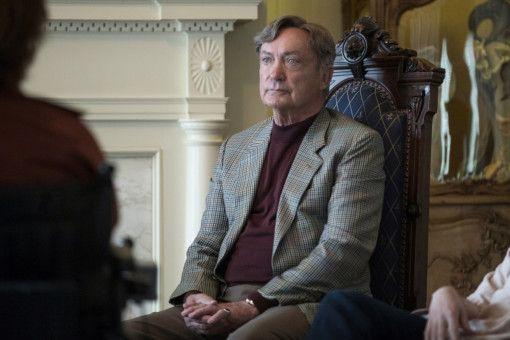 Hans (Udo Kier) während einer Sitzung der Selbsthilfegruppe.