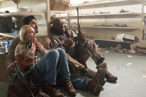 Nina (Kate Bosworth), Mark (Tyler Hoechlin) und Nathan (Lance Reddick, rechts) müssen sich verstecken.