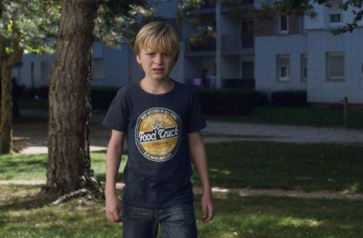 Nach der Gerichtsentscheidung soll Julien (Thomas Gioria) jedes zweite Wochenende bei seinem Vater verbringen.