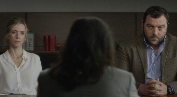Der Film beginnt mit einer nüchternen Szene: Miriam (Léa Drucker) und Antoine (Denis Ménochet) bei der Anhörung vor der Familienrichterin.