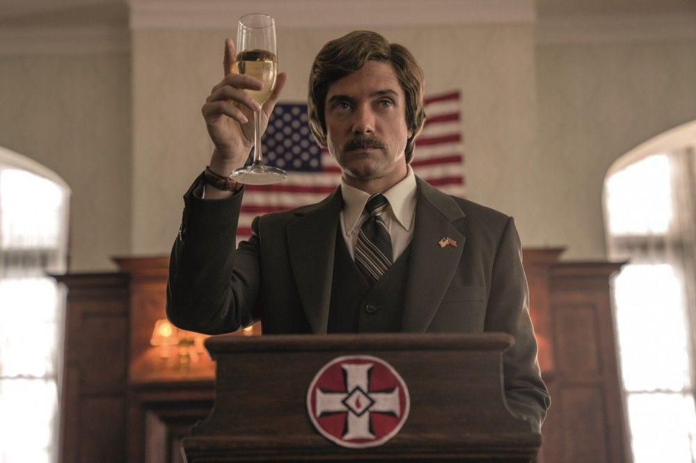 David Duke (Topher Grace) beschwört die nationale Einheit der Bewahrer der weißen Rasse und hat einen Narren an Ron Stallworth gefressen.