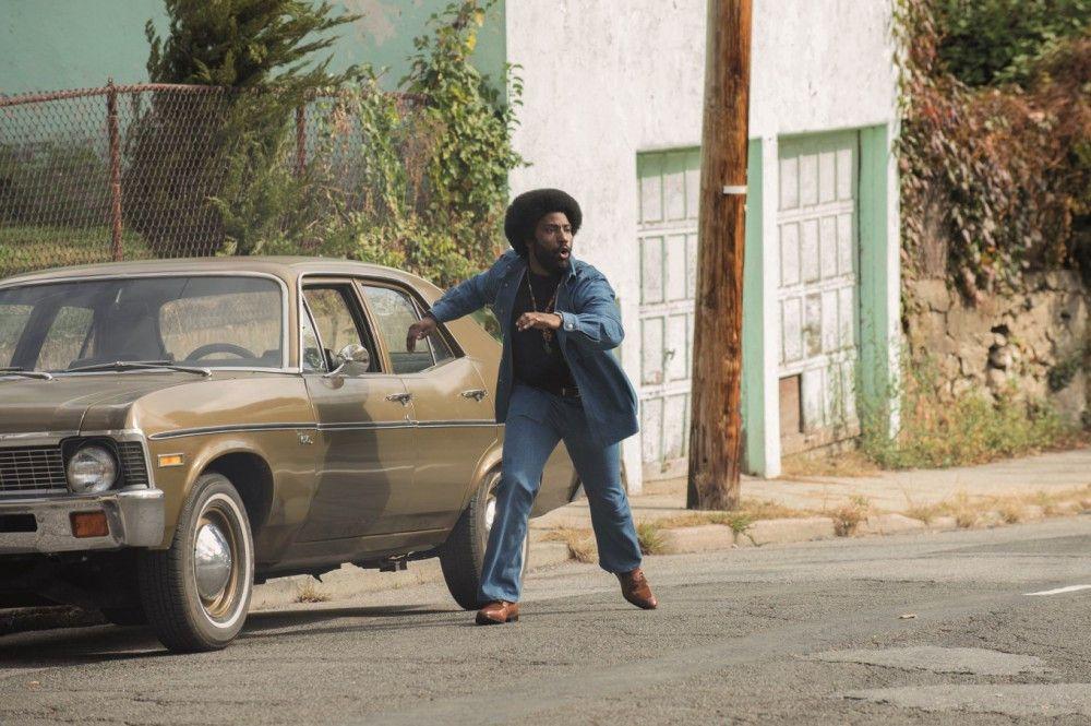Nach monatelangen Undercover-Ermittlungen kann Ron Stallworth (John David Washington) einen KKK-Anschlag zwar nicht verhindern, aber immerhin trifft die Bombe keine Unschuldigen.
