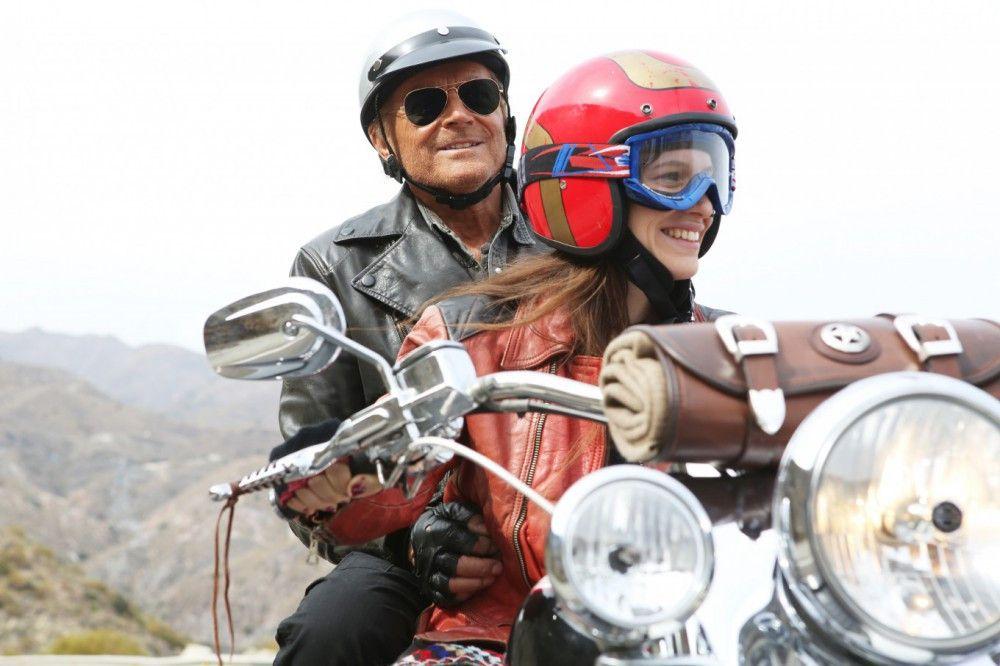 Bei seinem Roadtrip lernt Thomas (Terence Hill) Lucia (Veronica Bitto) kennen.