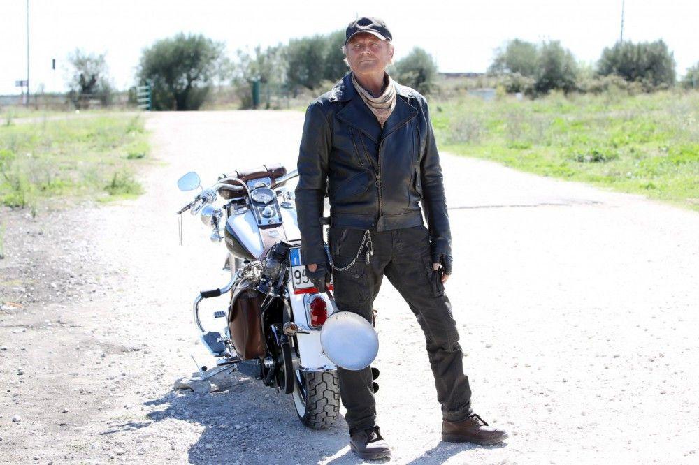 Thomas (Terence Hill) lässt sein altes Leben hinter sich und macht sich auf den Weg Richtung Spanien.