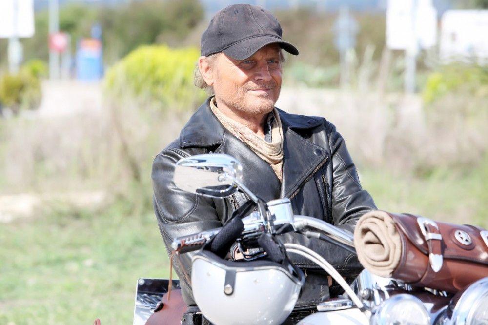 Thomas (Terence Hill) folgt auf seiner Harley dem Ruf der Einsamkeit.