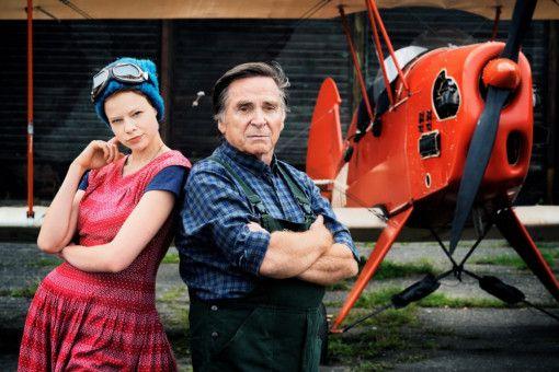 Schorsch (Elmar Wepper) wird langsam grün mit seiner neuen Reisebegleiterin Philomena (Emma Bading).