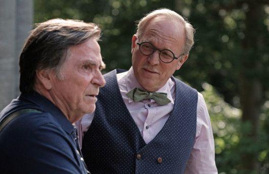 Schorsch (Elmar Wepper, links) bekommt von Schlossbesitzer Richard von Zeydlitz (Ulrich Tukur) erklärt, wie sein Garten aussehen soll.