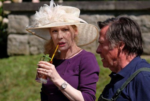 Evelyn von Zeydlitz (Sunnyi Melles) wirkt auf Schorsch Kempter (Elmar Wepper) schon ein wenig eigenartig.