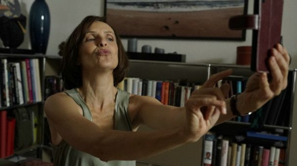 Selbstdarstellung ist alles: Mona (Juliane Köhler) macht ein Selfie.