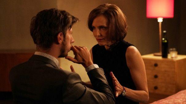 Auch Mona (Juliane Köhler) und David (Max Mauff) treffen sich zum ersten Date.