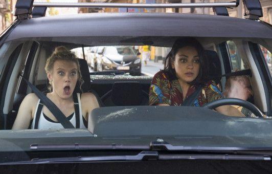 In Europa geraten Audrey (Mila Kunis, rechts) und Morgan (Kate McKinnon) in allerlei brenzlige Situationen - und in ein Auto ohne Automatik.