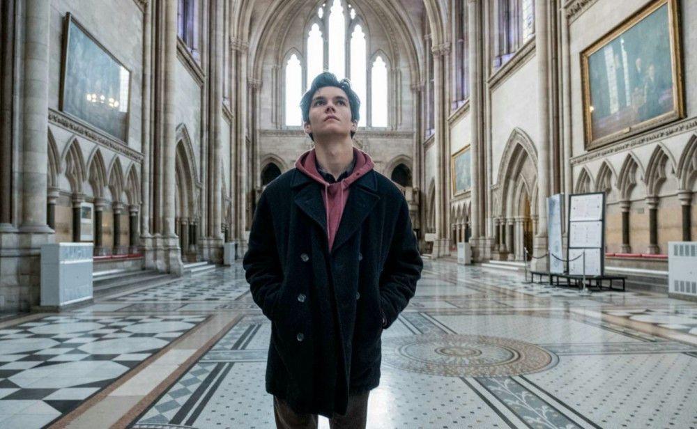 Der 17-Jährige Adam (Fionn Whitehead) nimmt es als gottgegeben in Kauf, sterben zu müssen: Er ist an Leukämie erkrankt und verweigert sich aus religiösen Gründen einer Bluttransfusion.