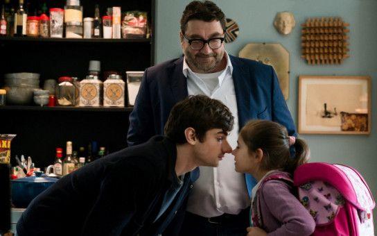 Der sensible Cyril (Aaron Hilmer, vorne) verabschiedet sich von seiner kleinen Schwester und seinem netten Vater (Heiko Pinkowski), um auf Klassenfahrt zu gehen.