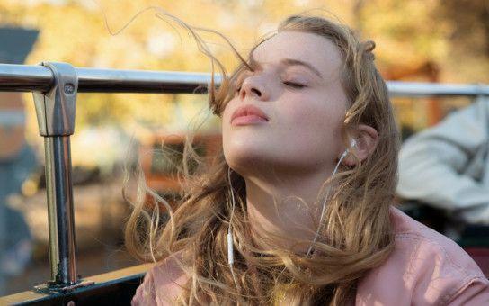 Roxy (Luna Wedler) ist anders als alle Mädchen, die Cyril bislang kennengelernt hat: Wild, wortgewandt und klug.