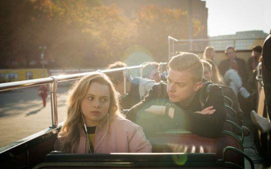 """Aufreißer Benno (Jonas Ems) baggert das schöne neue Mädchen Roxy (Luna Wedler) an, schließlich hat er eine Wette laufen, dass er sie noch während der Klassenfahrt """"flachlegt""""."""