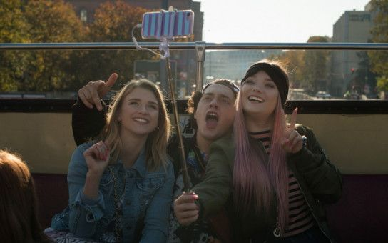 Titti (YouTube-Star Julia Beautx, rechts) und ihre Mitschüler legen großen Wert auf Äußerlichkeiten.