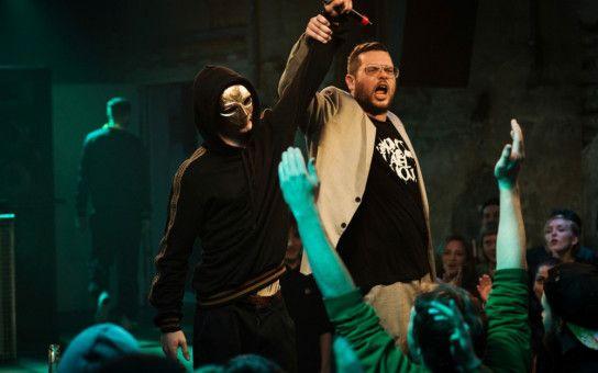 Wieder einmal Sieger im Battle-Contest: Der überaus schlagfertige, geheimnisvolle Maskenmann, hinter dem sich Cyril (Aaron Hilmer) verbirgt.