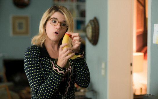 Peinlicher geht's nicht: Die liebevolle, aber leicht frivole Mutter von Cyril (Anke Engelke) zeigt ihm, wie man ein Kondom ins Vorspiel einbauen könnte.