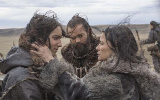 Keda (Kodi Smit-McPhee, links) bekommt noch einen Abschiedskuss von Mama (Natassia Malthe), dann geht es mit Vater und Häuptling Tau (Jóhannes Haukur Jóhannesson) auf Bisonjagd.