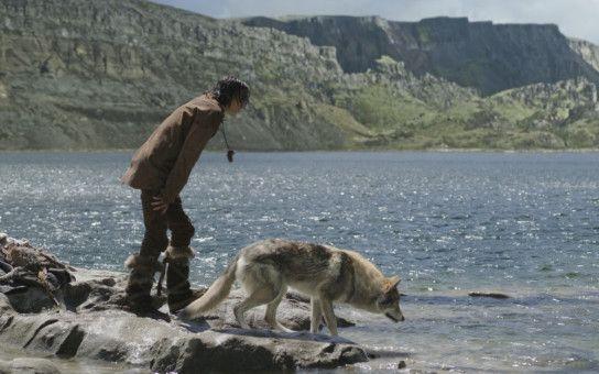 Von seinem Vater und dessen Leuten durch einen Jagdunfall getrennt, muss sich Keda (Kodi Smit-McPhee) zusammen mit dem Wolf allein durchschlagen - auch mit ungewöhnlichem Fischfang.