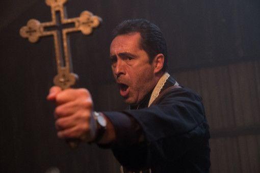 Ob das Kreuz Pater Burke (Demián Bichir) weiterhelfen wird? Einen Versuch ist es wert.