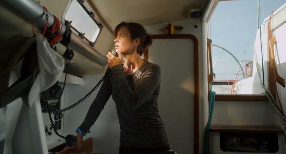 Rike (Susanne Wolff) wartet auf Anweisungen der Küstenwache. Doch die spielt auf Zeit.