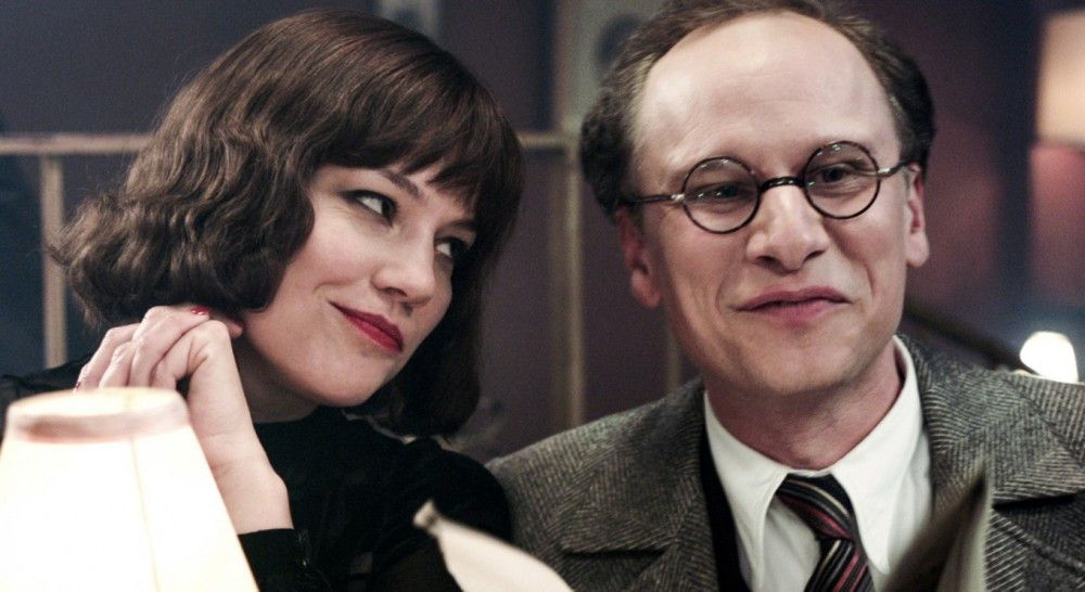 """Komponist Kurt Weill (Robert Stadlober) und seine Frau Lotte Lenja (Britta Hammelstein) genießen den Erfolg der """"Dreigroschenoper""""."""