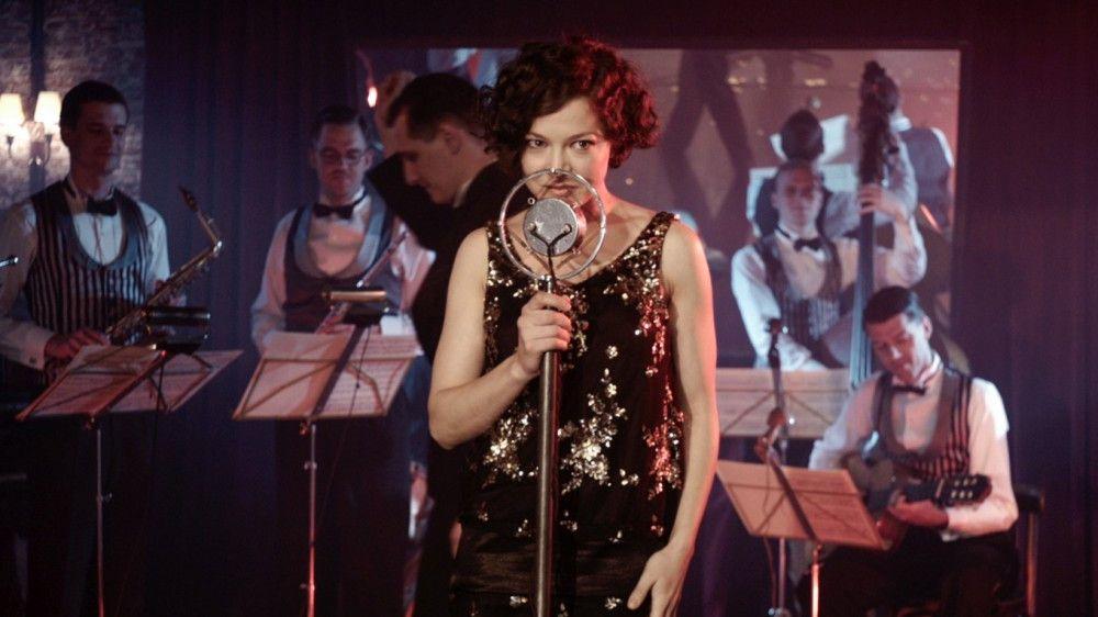 Hannah Herzsprung ist einer Doppelrolle zu sehen: Sie spiet die Schauspielerin Carola Neher die wiederum Polly Peachum spielt.