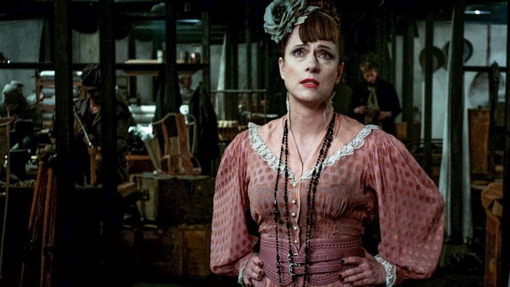 Auch Peachums Frau Celia (Claudia Michelsen) ist nicht wohl bei dem Gedanken.
