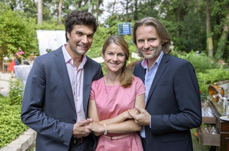 """Lucy Scherer, die in """"Sturm der Liebe"""" Marlene spielt, mit Moritz Tittel (Konstantin) und Erich Altenkopf (Michael)."""