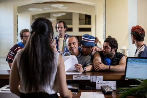 Der Film erlaubt sich immer mal wieder ein paar billige Witze, etwa wenn Marco Montes (Javier Gutiérrez) und sein Team in einem Hotel einchecken.