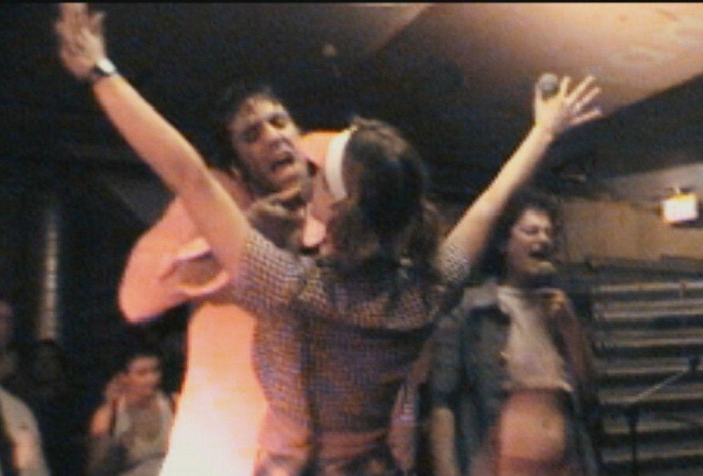 """Gonzales und Peaches bei einem ihrer legendären Berliner Auftritte mit ihrer Band """"The Shit""""."""
