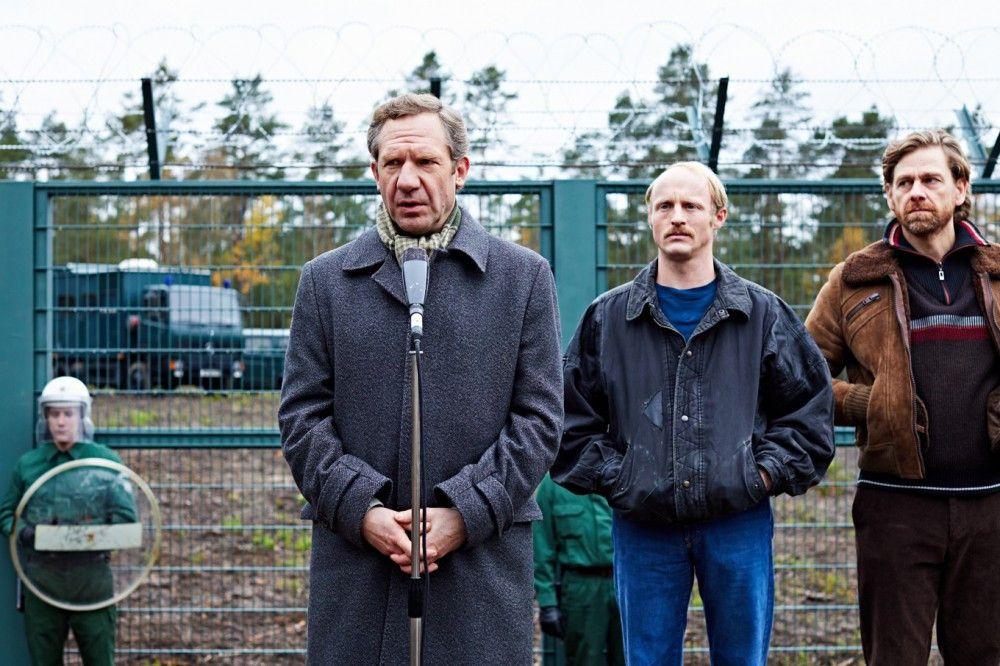 Landrat Hans Schuierer (Johannes Zeiler, links) wandelt sich vom Befürworter zum Gegner der WAA Wackersdorf - weil bei dem geplanten Projekt rechtsstaatliche Prinzipien ausgehebelt und wichtige Informationen verheimlicht wurden.