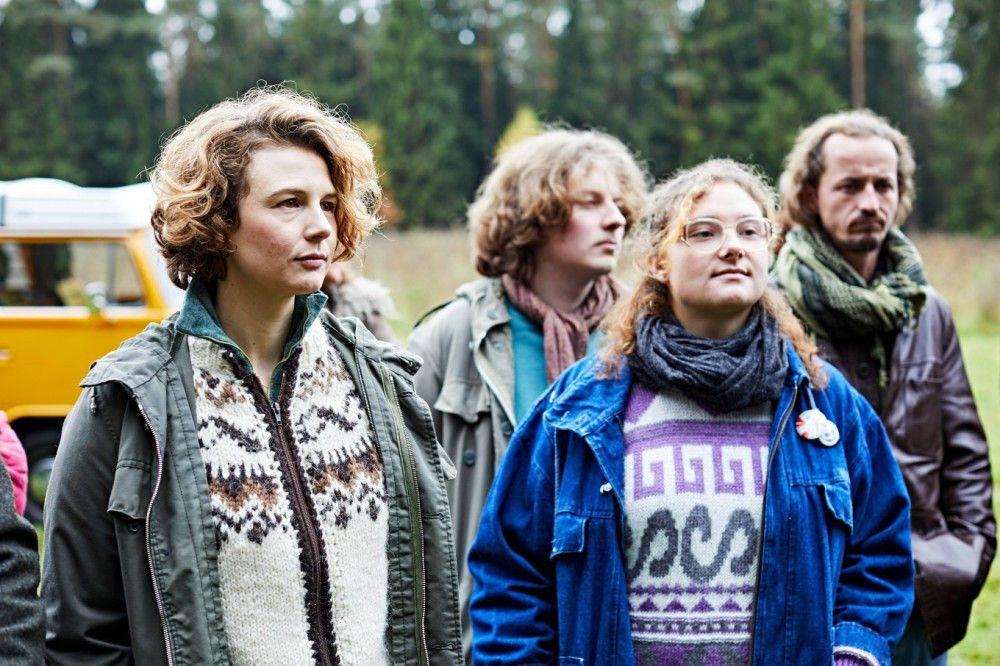 Die WAA-Gegner um Monika Gegenfurtner (Anna Maria Sturm, links) sind dem Lokalpolitiker gegenüber zunächst skeptisch.