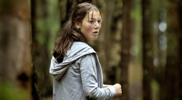Kaja (Andrea Berntzen) versucht panisch, zu flüchten.