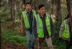 David (John Cho, rechts, mit Joseph Lee) sucht nach seiner Tochter.