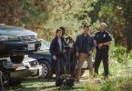 Detective Rosemary Vick (Debra Messing) unterstützt David (John Cho, Mitte) bei der Suche nach seiner Tochter.