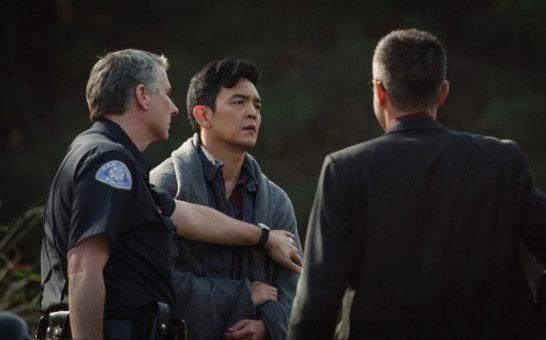 David (John Cho, Mitte) wendet sich in seiner Verzweiflung an die Polizei.