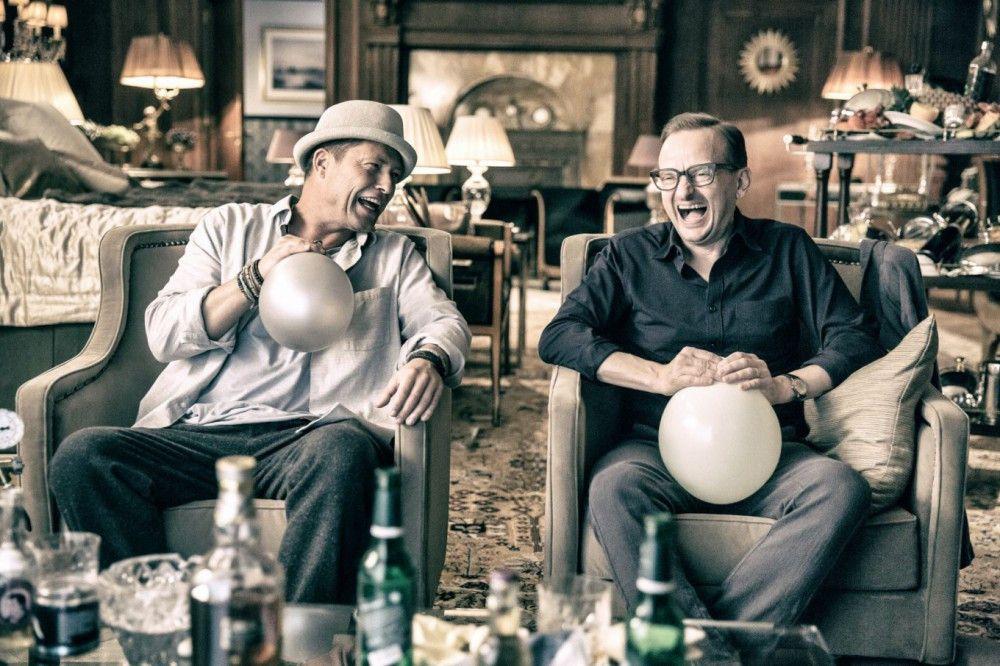 Thomas (Til Schweiger, links) und Andreas (Milan Peschel) legen noch einmal so richtig los - neben Alkohol und Drogen kommt auch Helium zum Einsatz, um sich möglichst nicht ihrem Alter angemessen zu verhalten.