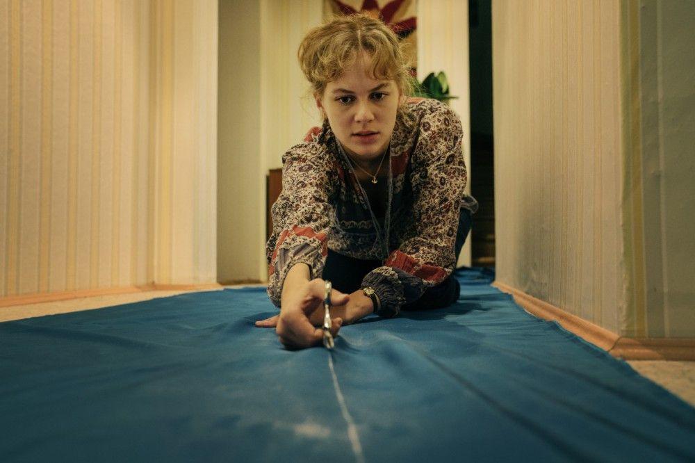 Die Vorbereitungen für die Flucht waren umfangreich: Petra Wetzel (Alicia von Rittberg) schnitt Hunderte Meter Stoffbahnen zurecht.