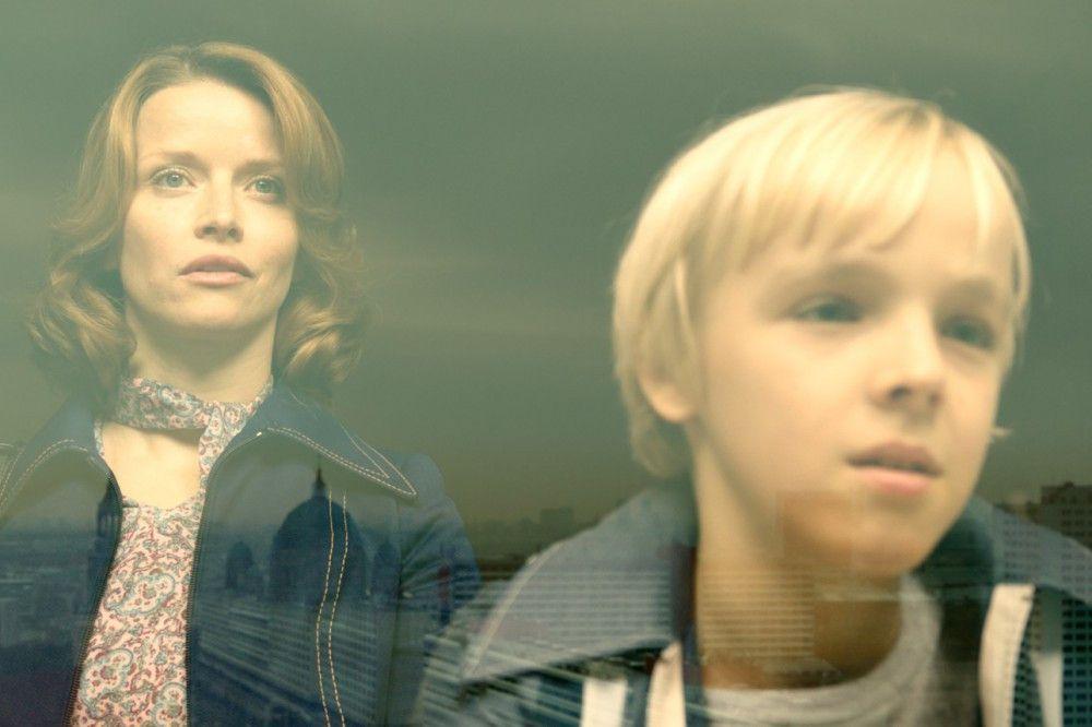 Doris Strelzyk (Karoline Schuch) muss ihrem Sohn Andreas (Tilman Döbler) irgendwann mitteilen, dass sie ihre Heimat verlassen wollen und niemand davon wissen darf.