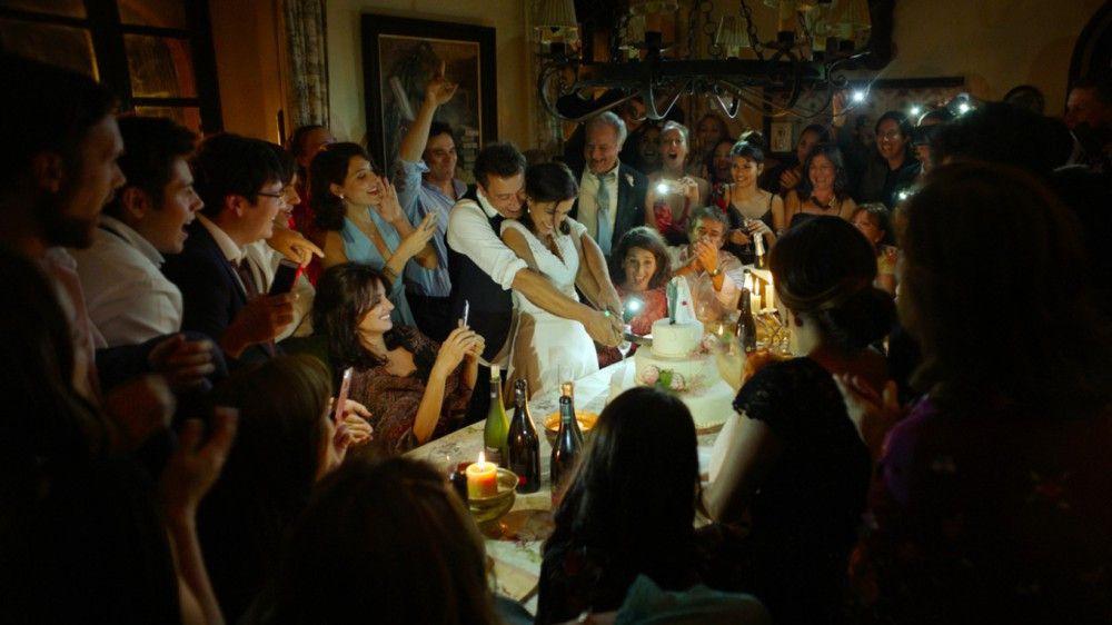Trotz Stromausfall feiern die Gäste von Ana (Emma Cuesta, Mitte) und ihrem frisch Angetrauten weiter - noch vermutet niemand einen Komplott dahinter.