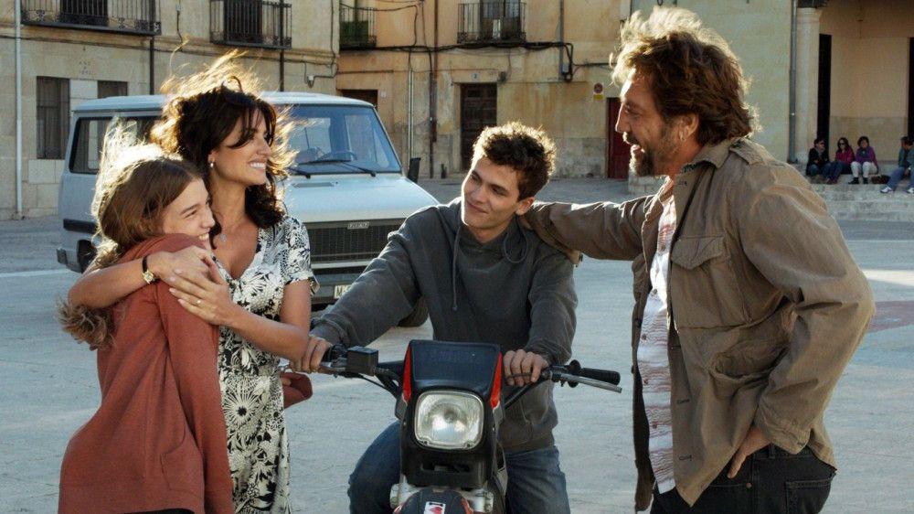 Der Neffe (Sergio Castellanos, zweiter von rechts) von Paco (Javier Bardem) steht auf die Tochter (Carla Campra, links) von Laura (Penélope Cruz).