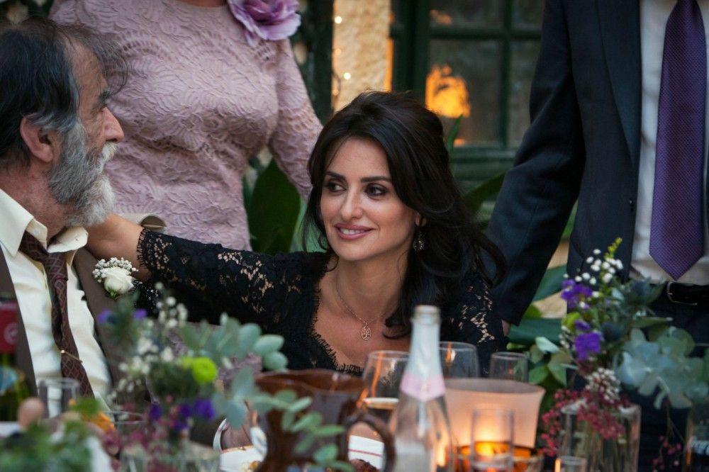 Laura (Penélope Cruz) hat ihren Vater Antonio (Ramona Barea), einen verarmten Patriarchen, schon länger nicht gesehen.