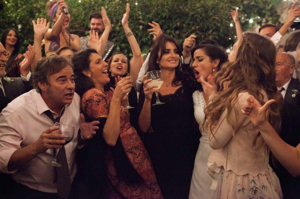 Ausgelassen feiert die Familie und Angehörige die Hochzeit von Ana, der Schwester von Laura (Penélope Cruz, Mitte).