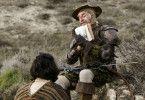 Schau her, das sind wir: Don Quixote (Jonathan Pryce) zeigt seinem Sancho Panza (Adam Driver) eine Ausgabe von Cervantes' Klassiker.