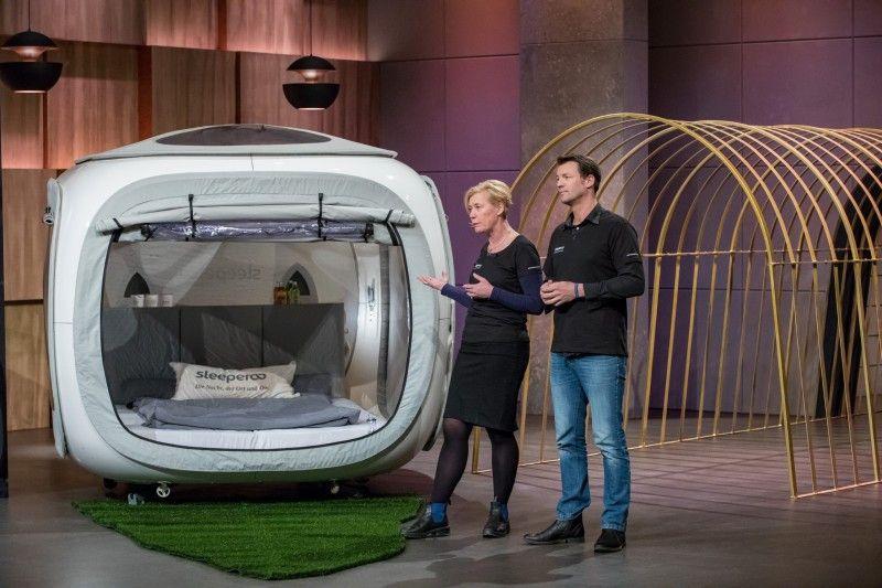"""<p><b>Die Gründer und ihr Produkt</b>: Karen Löhnert (55) und Dennis Brosseit (33) stellen """"sleeperoo"""" vor, Pop-up-Übernachtungen im Sleepcube.</p> <p><b>Der Wunsch</b>: 250.000 Euro für einen Firmenanteil von 20 Prozent.</p> <p><b>Der Deal</b>: Dagmar Wöhrl investiert 250.000 Euro für 25,1 Prozent, später wurde daraus 200.000 Euro für 24,9 Prozent.</p>"""